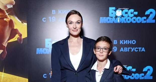 Водонаева, Бородина, Волкова с детьми на кинопремьере