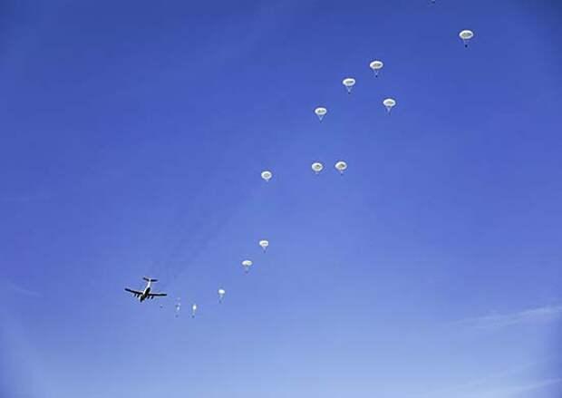 Более 550 военнослужащих Воздушно-десантных войск совершили практическое десантирование из самолетов ИЛ-76МД в Псковской области