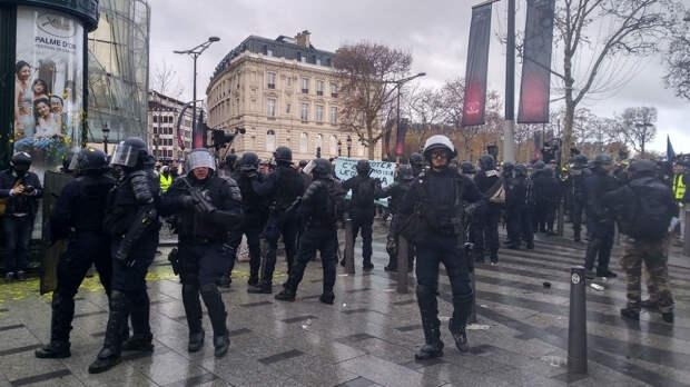 В Париже полиция разгоняла манифестацию слезоточивым газом и водометами