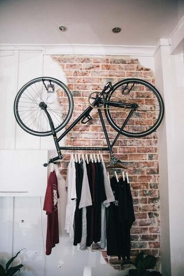 А если пока не катаетесь, можете использовать велосипед как вешалку...Пусть вместе с беговой дорожкой поскучает... Фабрика идей, велосипед, гениально, интересное, сделай сам, хранение