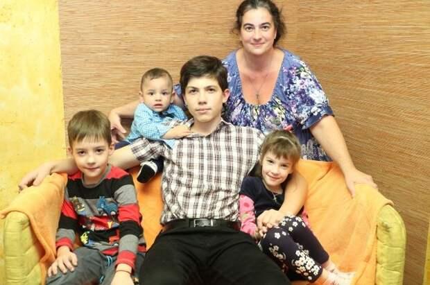 У многодетной мамы Татьяны Пановой старший сын - главный помощник.