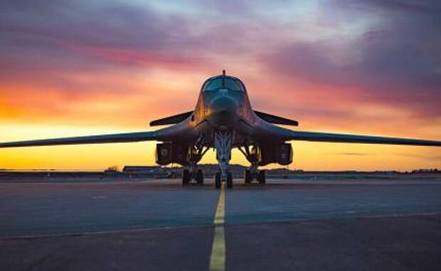 На фото: B-1B Lancer ВВС США из 9-й экспедиционной бомбардировочной эскадрильи на линии полета на станции ВВС Орланд, Норвегия