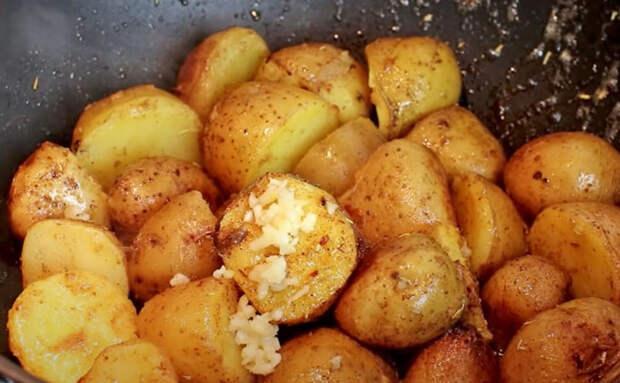 Без запекания и духовки: сочная и хрустящая картошка по-деревенски на обычной сковороде