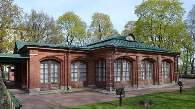 Домик Петра открыли для посетителей после реставрации ограды