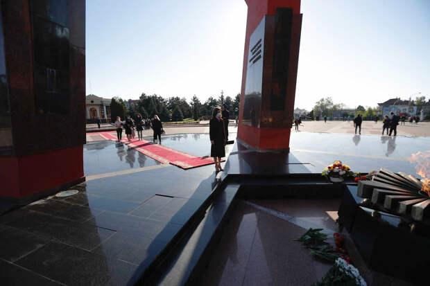 Под флагом ЕС в одиночестве – как президент Молдовы «отметила» День Победы