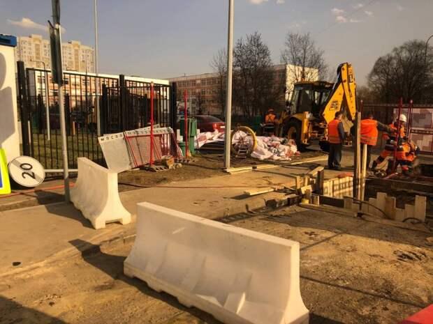 Между школой и спорткомплексом в Северном Мосводоканал перекрыл часть дороги