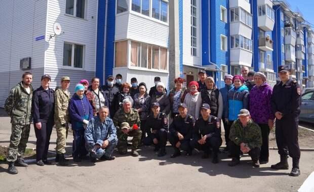 Сотрудники МВД, Росгвардии высадили деревья, кусты и цветы на улице Героя РФ Алексея Рыбака