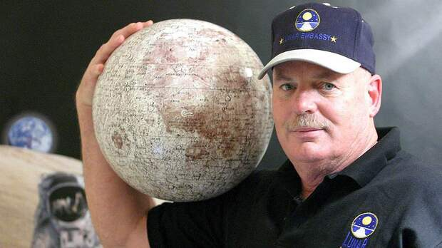 Деннис Хоуп — один из самых ловких торговцев лунными участками