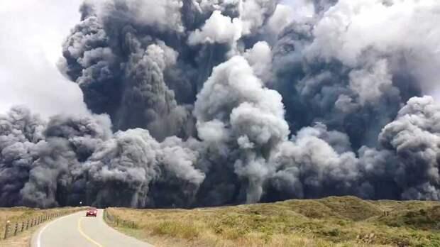 В Японии началось извержение одного из самых крупных вулканов в мире (видео)