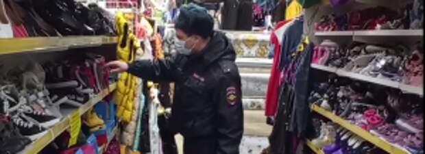 В Тюменской области полицейские пресекли реализацию поддельной одежды и обуви