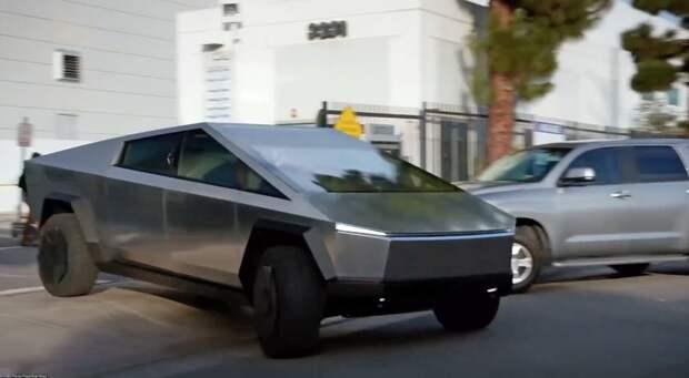 Маск славится экстравагантными идеями. Электромобиль-пикап в стиле киберпанк Tesla Cybertruck - из их числа