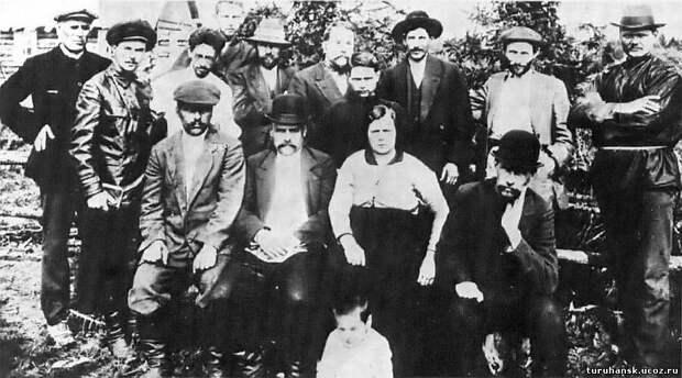 Третий справа из стоящих - Сталин | Источник: turuhansk-region.ru