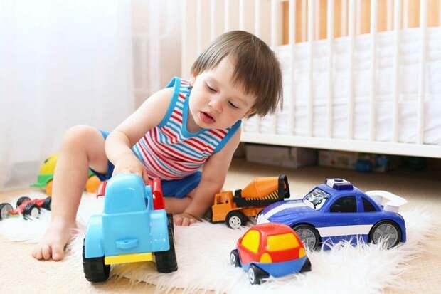 Очень часто ребёнок начинает регулярно плохо себя вести, капризничать, ломать игрушки и постоянно шалить