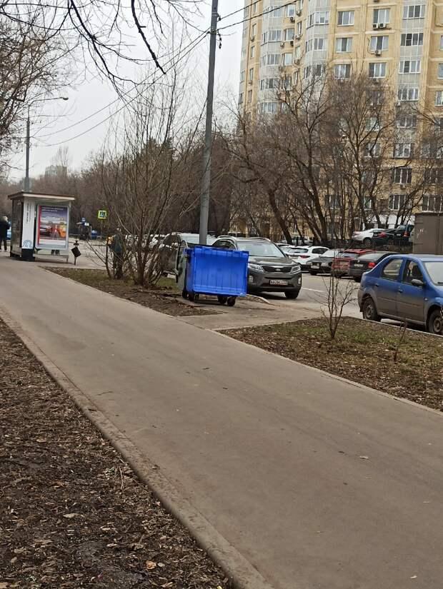 Ограждения мусорных баков на Челюскинской установят до конца апреля – управа