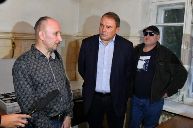 Депутат ГД Петр Толстой на встрече с жителями пообещал помочь решить проблему / Фото: Денис Афанасьев