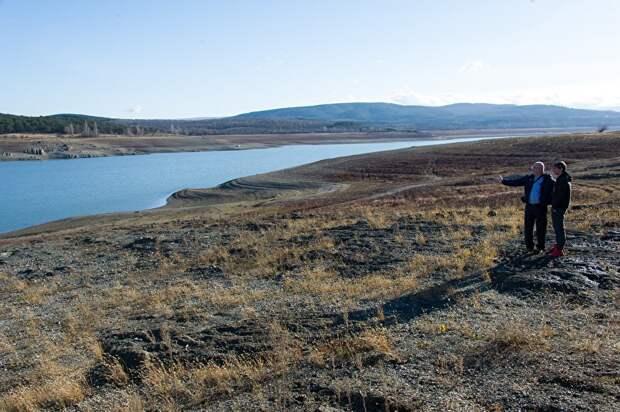 Объем Симферопольского водохранилища сократился в десять раз. Местные жители теперь гуляют по дну водоема, собирая ракушки.