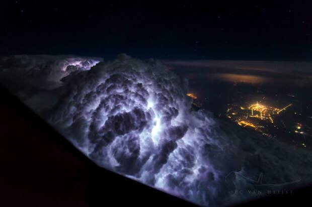 Грозовое облако, освещенное молнией. Снимок сделан во время перелета Пекин - Шанхай.