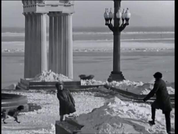 "Центральная набережная Волгограда. Кадр из фильма ""Переходный возраст""."