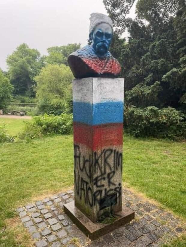 Цвета российского флага на памятнике русскому солдату Тарасу Шевченко - «агрессия против Украины»? ФОТО
