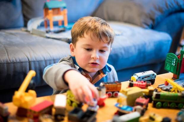 Бывают такие случаи, что малыш ломает игрушку специально, так как она ему не понравилась.