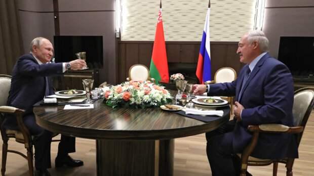 Путин и Лукашенко обменялись поздравлениями с Днем Победы
