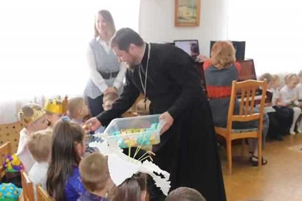 Священники поздравили воспитанников детского сада с Пасхой.