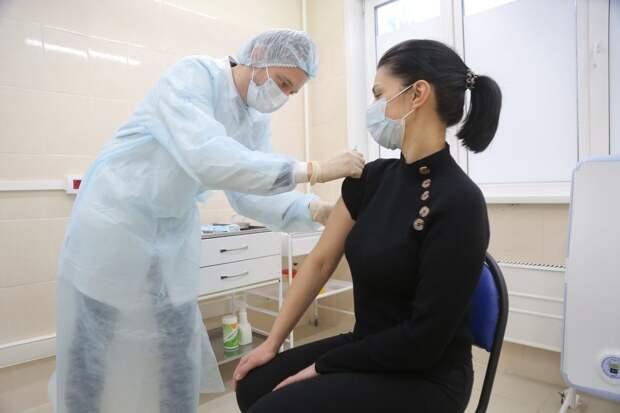 Вакцинация в прививочном пункте на Новомарьинской улице / Фото: Артур Новосильцев