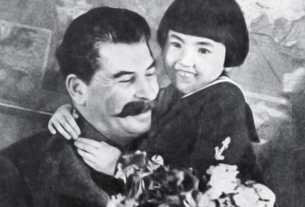 """И сбоку синим карандашом написано очень чётко: """"УСТРАНИТЬ"""". История девочки, обнимающей Сталина"""