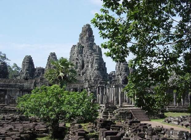 Храм Байон, вид снаружи. Источник https://www.travelcambodiaonline.com/travel-news/visiting-bayon-temple-in-cambodia