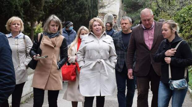 Глава администрации Ялты встретилась с жителями Санаторного и осмотрела территорию санатория «Меллас»