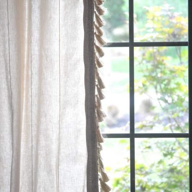Классические джутовые рулонные шторы выполнены из природного материала, который выглядит аккуратно и сдержанно.
