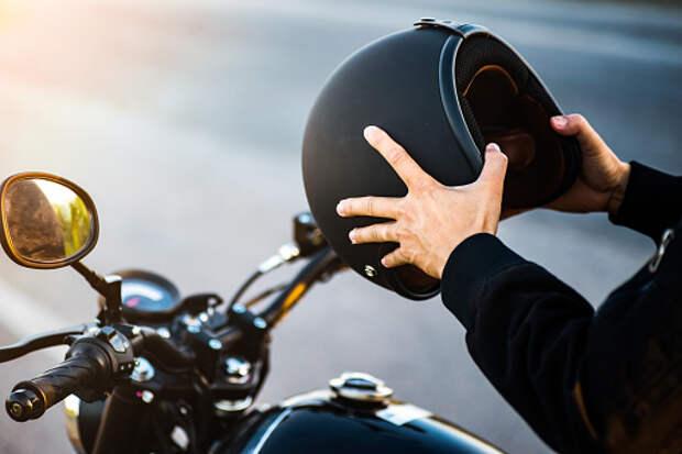 На Ботанической столкнулись мотоцикл и легковушка