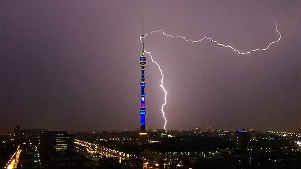 Молния бьёт в Останкинскую башню
