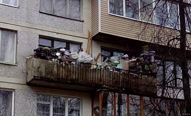 На балконе обычно ждут своего часа пока ненужные вещи. Не выбрасывать же их