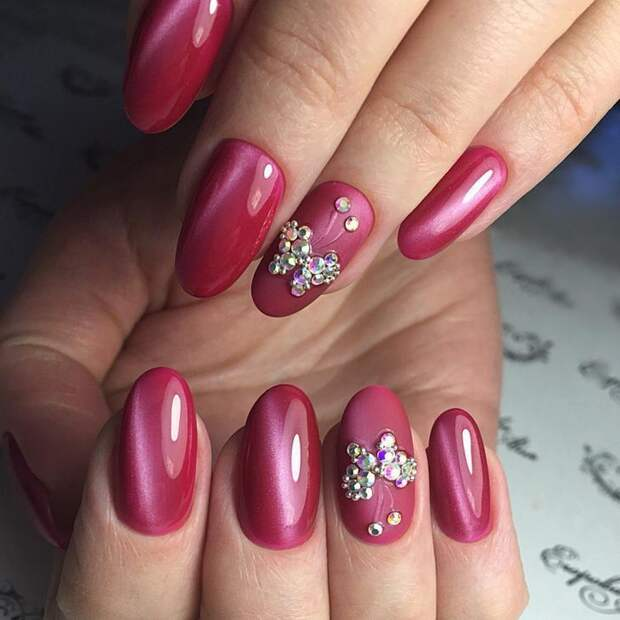 Дизайн ногтей красного цвета со стразами