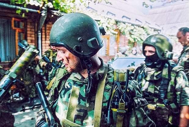 Будущий Герой России Олег Ильин («Вымпел») за полчаса до гибели в Беслане. Фото Владимира Сварцевича