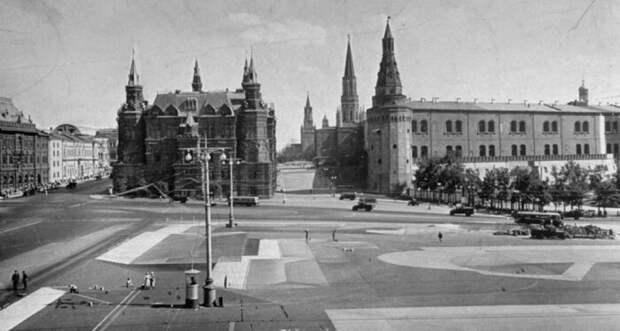 Так выглядела замаскированная площадь перед Кремлем.   Фото: wwii.space.