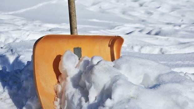 Пешеходный переход на Красноказарменной улице очистили от снега
