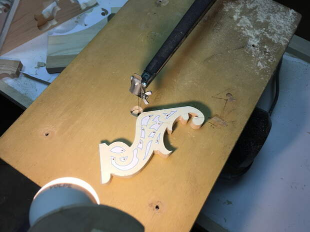Небольшой фотоотчет по изготовлению деревянных настольных часов, используя электролобзик