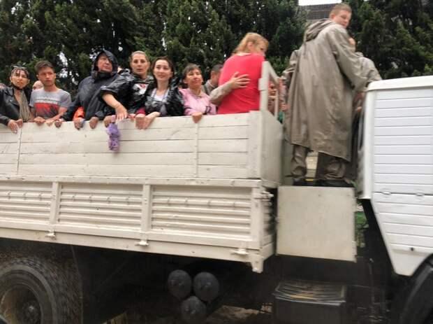 Военные моряки доставят по домам детей из школ и детсадов подтопленной Ялты