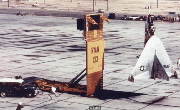 X-13 Одним из самых радикальных проектов того времени стал X-13, известный как Vertijet. Он мог взлетать вертикально, парить, летать, как обычный самолет и приземляться как вертолет. Для всего этого конструкторы оснастили Vertijet «вектором тяги»: парой турбореактивных двигателей, управляемых пилотом.
