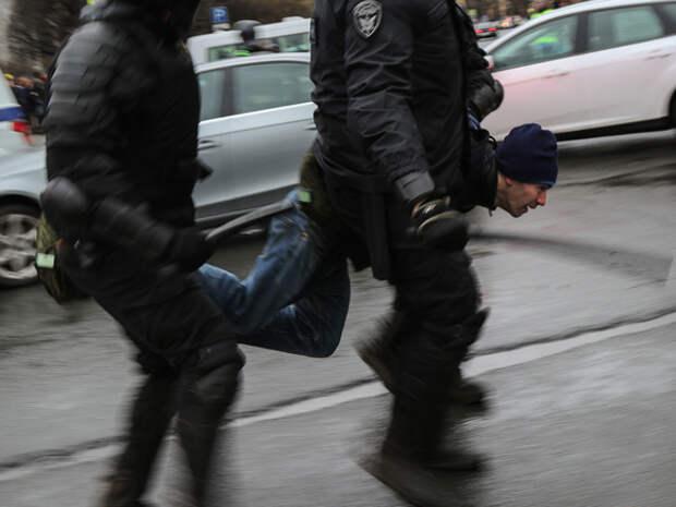 В Москве задержали двух участников пикета в поддержку Навального
