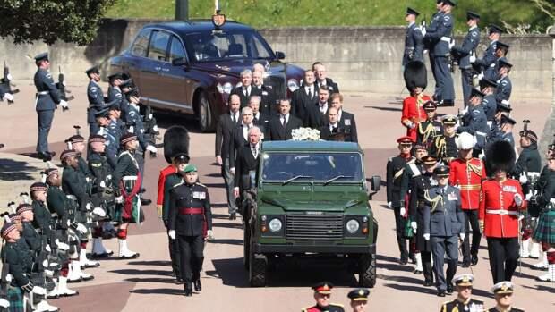 Британку арестовали за появление топлесс на похоронах принца Филиппа