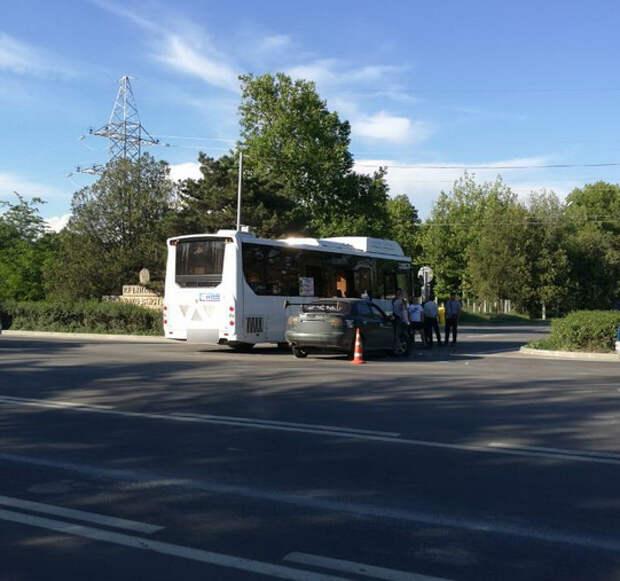 Легковушка врезалась в автобус в Крыму: пострадали два человека