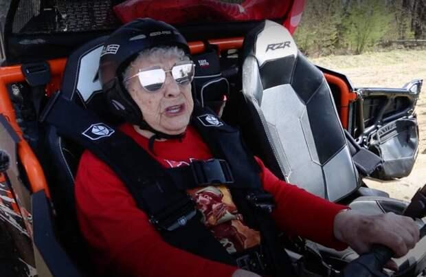 """99-летняя """"железная бабушка"""" совершила пробег на багги в честь Дня Победы"""