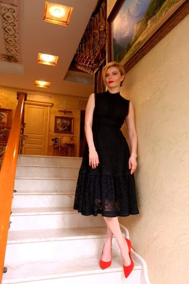 Ксения Собчак, Юлия Хлынина и Анастасия Меськова побывали на онлайн-премьере