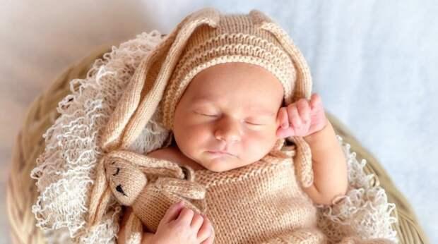 Зачем младенца кладут на живот матери сразу после родов