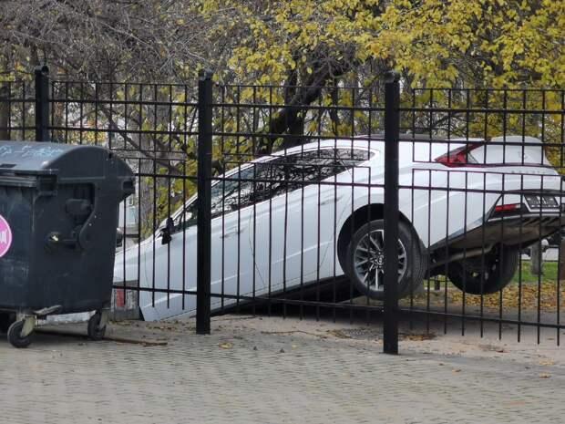 В Севастополе водитель легковушки решил сократить путь и застрял на лестнице