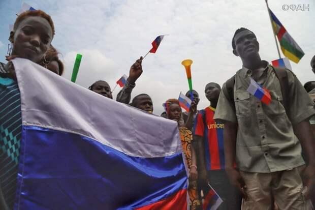 Праздник продолжается: после премьеры «Туриста» в Банги состоялось шествие с российскими флагами