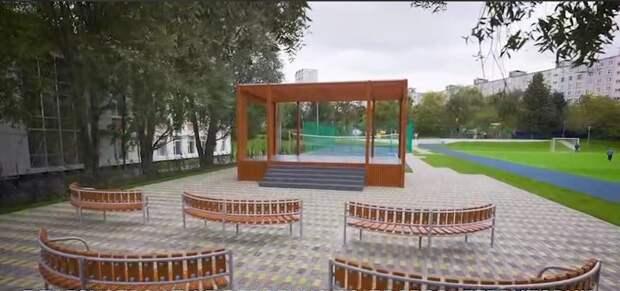 В двух скверах в Строгине появились столы для текбола и кроссфит-станция